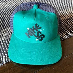 Brand New Nike Men SnapBack Hat. Grey/Green